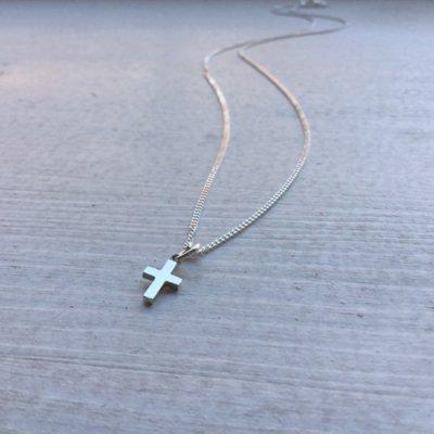 litet kors halsband